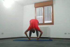 tutorial padangustasana posizione piegamento in piedi