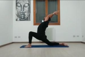 tutorial anjaneyasana (luna crescente, affondo 1 con ginocchio a terra) 10 Min
